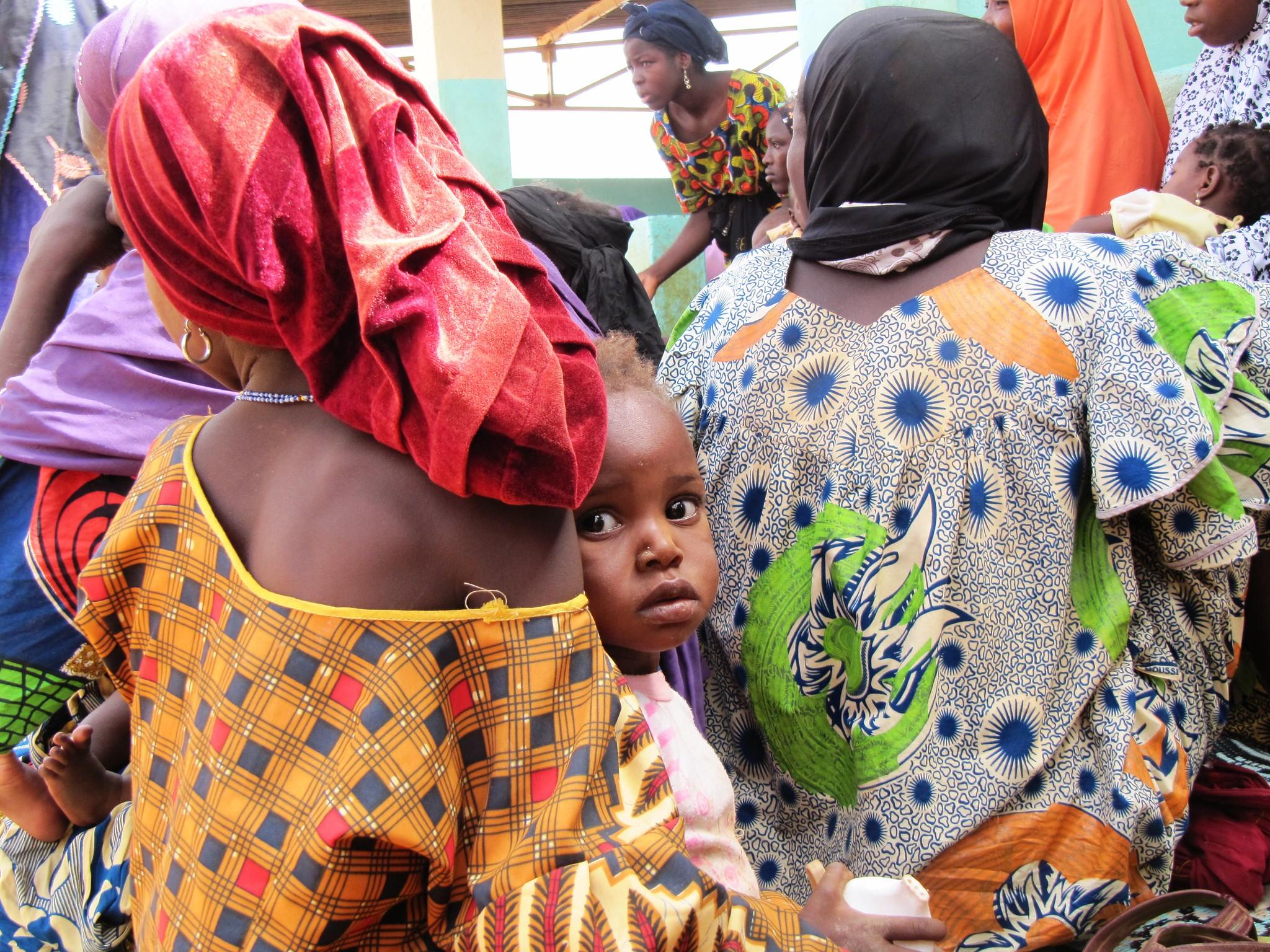 尼日尔,母亲带着孩子参加营养监测项目活动