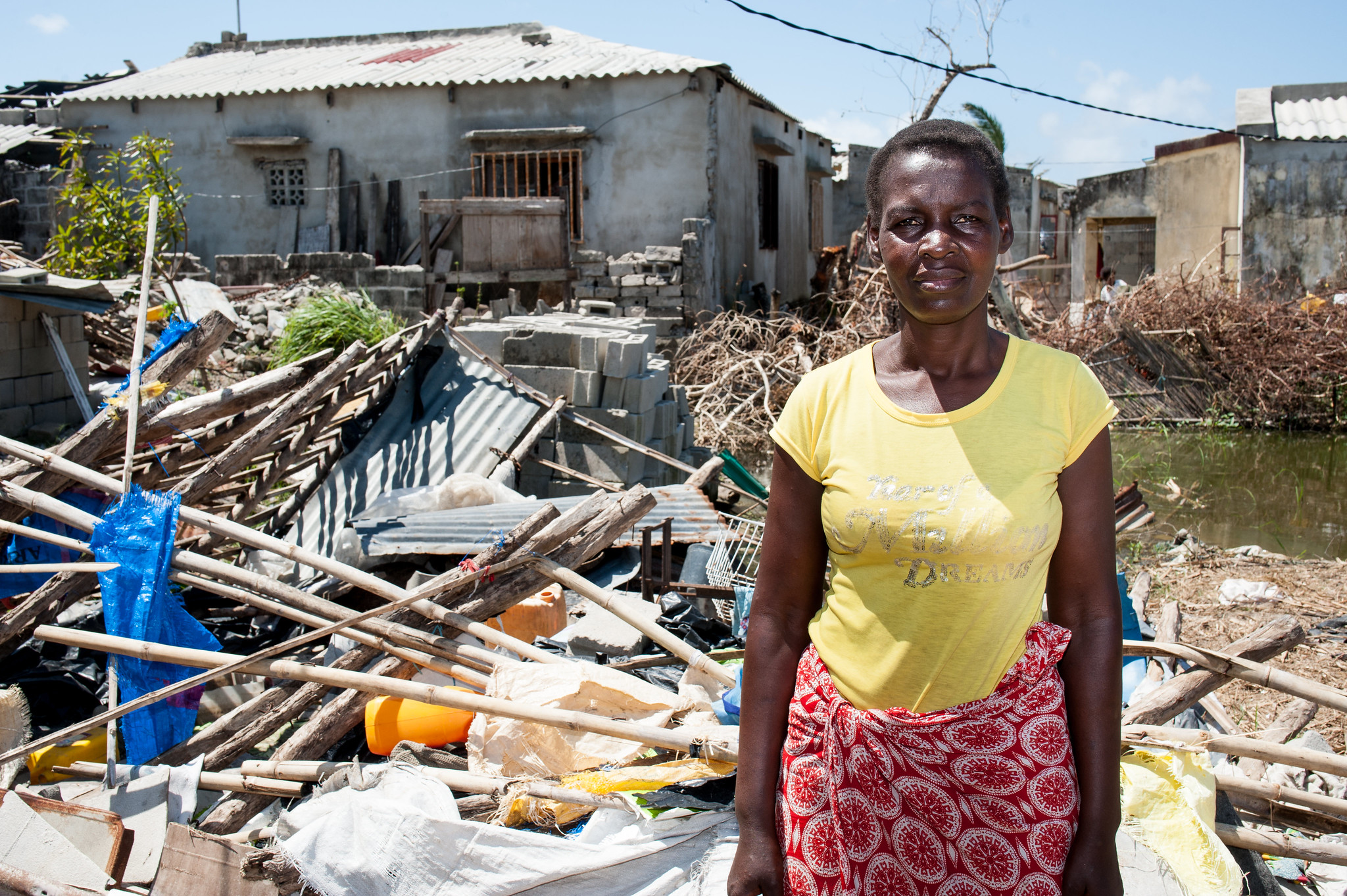 """莫桑比克贝拉,一名妇女站在废墟前,她的家已被飓风""""艾代""""摧毁"""